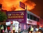 Situasi kebakaran pasar Wonokriyo, Gombong, Kebumen, Kamis dinihari (7/9) - foto: Sujono/Koranjuri.com