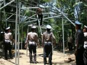 Proses bedah rumah Mbah Surip, warga Jagasima, Klirong, dalam rangka HUT Polantas ke 62 oleh jajaran Satlantas Polres Kebumen - foto: Sujono/Koranjuri.com