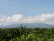 Gunung Agung tertutup awan terlihat dari pos pantau di desa Rendang, Kecamatan Rendang, Karangasem - foto: Koranjuri.com
