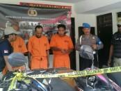 Pelaku dan barang bukti sepeda motor yang diamankan Polsek Denpasar Barat - foto: Istimewa