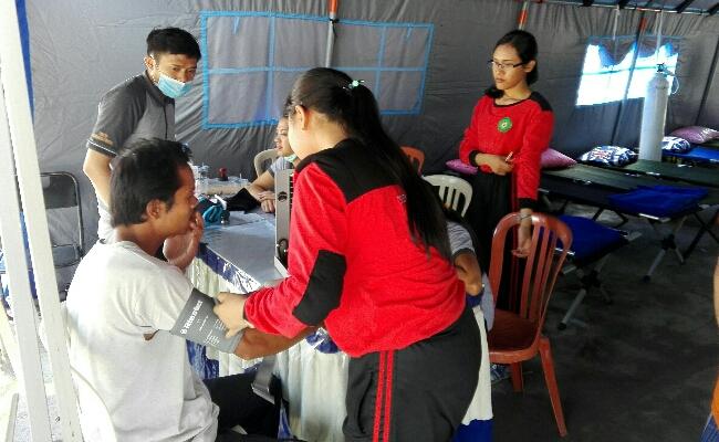 Pengungsi mendapatkan penanganan medis di Posko Kesehatan Pengungsian di GOR Swecapura, Klungkung - foto: Wahyu Siswadi/Koranjuri.com