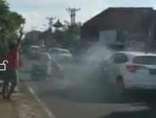 Petugas BNN Bali memberikan tembakan peringatan kepada pengemudi Honda HRV DK 773 CA ketika terjadi kejar-kejaran, Kamis (28/9/2017) di kawasan jalan Imam Bonjol, Kota Denpasar - foto: screenshoot