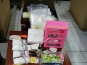 Barang bukti sabu-sabu seberat 0,5 kg beserta sejumlah barang bukti lain yang diamankan dari tersangka Komang S (27) dari sebuah kamar kos di jalan Pondok Indah I No.1, Denpasar - foto: Istimewa