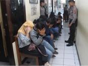 Ketujuh pasangan mesum yang diamankan polisi Kebumen  dalam Operasi Pekat, di beberapa hotel Melati, Kamis (28/9) malam – foto: Sujono/Koranjuri.com