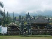 Pura Besakih dengan latarbelakang Gunung Agung yang diselimuti awan - foto: Wahyu Siswadi/Koranjuri.com