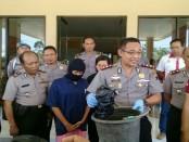 Kapolres Purworejo, AKBP Teguh Tri Prasetya, menunjukkan barang bukti dan tersangka RN, saat press rilis, Kamis (12/10) - foto: Sujono/Koranjuri.com