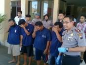 Empat orang pelaku judi dadu, kini diamankan di Mapolres Purworejo dengan sejumlah barang bukti - foto: Sujono/Koranjuri.com