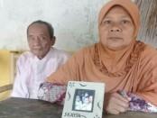 Muh Dail dan Fatonah,  menunjukkan foto Fatimah, TKW asal Pituruh, Purworejo, yang terancam hukuman mati di Malaysia - foto: Sujono/Koranjuri.com