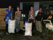 Setiap hari relawan penyelamat hewan piaraan dan ternak milik warga mendatangi zona merah Gunung Agung yang ditinggalkan penduduknya untuk mengungsi. Mereka menyebarkan makanan untuk anjing-anjing yang masih tertinggal - foto: Istimewa