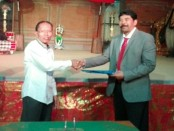 Serah terima jabatan rektor Institut Hindu Darma Negeri (IHDN) Denpasar, dari rektor lama Prof. Dr. I Nengah Duija (kiri) kepada rektor baru, Prof. Dr. Drs. I Gusti Ngurah Sudiana, M.Si (kanan) - foto: Wahyu Siswadi/Koranjuri.com