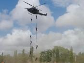 Tim Gultor turun dari helikopter dalam skenario peragaan pembebasan sandera memperingati HUT TNI Ke-72 di Lapangan Puputan Nitimandala, Renon, Denpasar, Kamis, 5 Oktober 2017 - foto: Wahyu Siswadi/Koranjuri.com