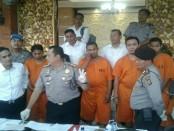 6 tersangka yang ditetapkan Satuan Reserse Narkoba Polresta Denpasar dalam penggerebekan di rumah milik Jro Gede Komang Swastika, oknum politisi Partai Gerindra - foto: Istimewa