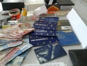 Barang bukti yang diamankan polisi dari penggerebekan Satuan Reserse Narkoba Polresta Denpasar di rumah Jro Gede Komang Swastika di jalan Pulau Batanta, Denpasar - foto: Istimewa