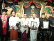 Penghargaan Maha Widya Award kepada 3 orang tokoh yang konsisten mendukung pendidikan Hindu di Bali pada Dies Natalis XIII kampus Institut Hindu Darma Negeri (IHDN) Denpasar, Rabu, 8 November 2017 - foto: Koranjuri.com