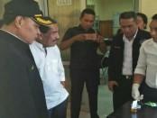 Bupati Kabupaten Rote Ndao mengawali tes urin usai melakukan kerjasama dengan BNNK dalam pemberantasan narkotika dan zat adiktif - foto: Isak Doris Faot/Koranjuri.com