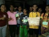 Sebanyak 116 Pemuda peserta Kemah Pemuda Rote III mempraktekkan daur ulang sampah plastik menjadi tas belanja - foto: Istimewa