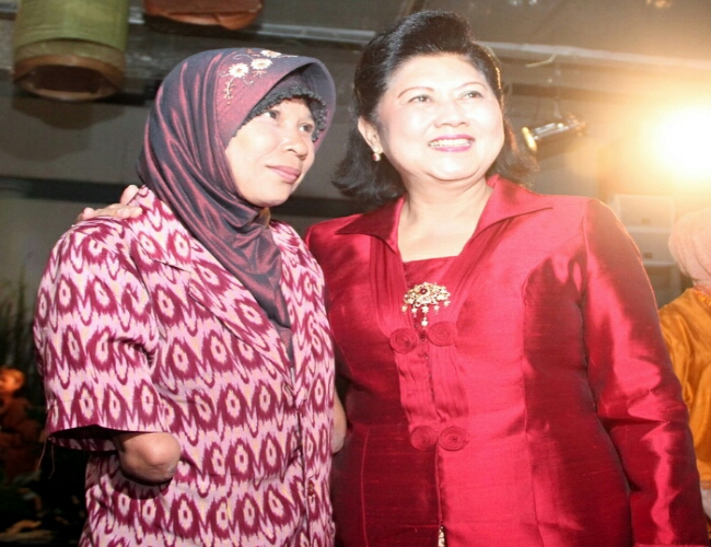 Rosida Bersama Ibu Ani Yudhoyono - foto: Istimewa