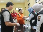 Satuan Narkoba dan Dokkes Polres Kebumen melakukan test urine kepada seluruh pegawai Pengadilan Negeri Kebumen, Jum'at (17/11) - foto: Sujono/Koranjuri.com