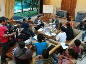 I Gede Agus Hardyawan sebagai pemilik PT Hardys Retailindo menggelar konferensi pers menyusul keputusan pailit manajemen perusahaan ritel yang telah 20 tahun eksis di Bali dan Jawa Timur – foto: Wahyu Siswadi/Koranjuri.com