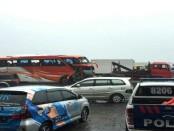Proses evakuasi bus pariwisata Efisiensi, usai dihantam colt diesel di jl. Deandeles, masuk Desa Wonosari, Ngombol, Purworejo, Jum'at (24/11) - foto: Sujono/Koranjuri.com