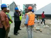 Bupati Purworejo, Agus Bastian, saat meninjau proyek pembangunan pasar Baledono, Jum'at (3/11) - foto: Sujono/Koranjuri.com