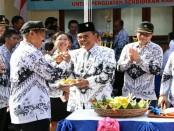 Pemotongan tumpeng memperingati HUT PGRI dan Hari guru Nasional 2017 di SMK PGRI 3 Denpasar - foto: dok