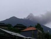 Letusan Gunung Agung Selasa, 21 November 2017 Pukul 17.05 WITA terlihat dari Desa Besakih - foto: FB BNPB
