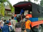 Tim SAR melakukan evakuasi pengungsi dari Kawasan Rawan Bencana 3 dan 2 - foto: Istimewa