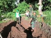 Koramil 1610-02/Banjarangkan membantu petani membersihkan Subak - foto: Istimewa
