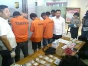 Polda Metro Jaya memaparkan sejumlah barang dan tersangka peredaran narkoba - foto: Istimewa