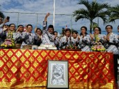 Ketua PGRI Denpasar yang juga Kepala SMP PGRI 2 Kota Denpasar (melambaikan tangan), bersama guru pada peringatan HUT PGRI Ke-72 dan Hari Guru Nasional Ke-23, Sabtu, 25 November 2017 - foto: Koranjuri.com