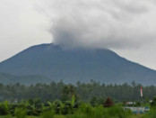 Gunung Agung tampak mengeluarkan asap tebal hitam setinggi 700 meter - foto: Istimewa