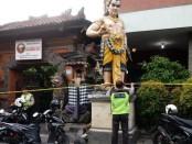 Rumah di jalan Pulau Batanta No. 70 yang digerebeg Satuan Reserse Polresta Denpasar dipasang garis polisi - foto: Istimewa