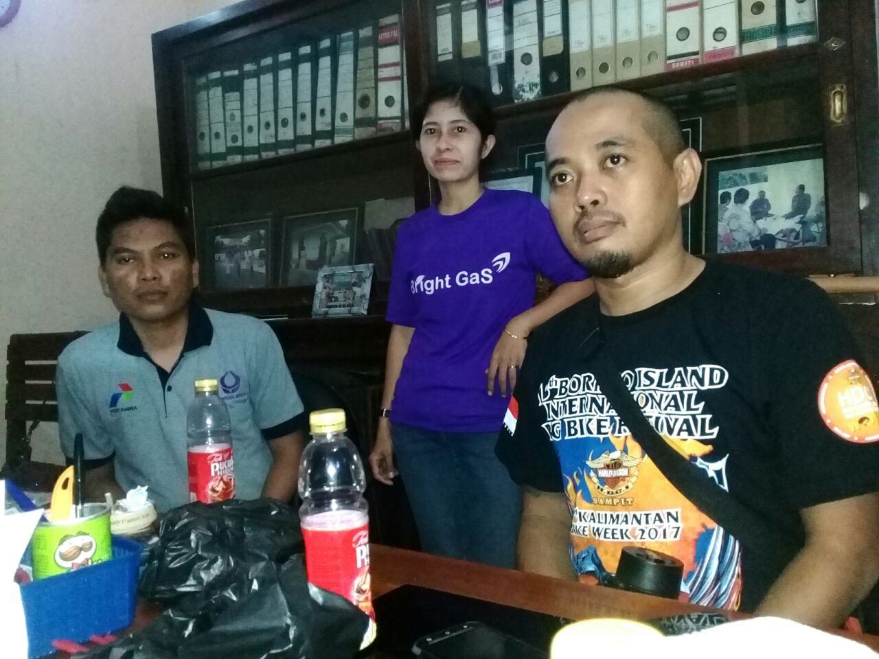 C.Panji, koordinator agen gas 3 kg wilayah Purworejo (kanan), bersama Indra Kurniawan,  Checker Simol 3 k Region IV Jateng-DIY - foto: Sujono/Koranjuri.com