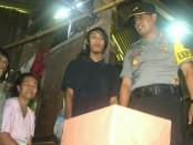 Kapolres Purworejo, AKBP Teguh Tri Prasetya, SIK, saat berada di rumah Sagiman, warga Suren, Kutoarjo, Rabu (27/12) - foto: Sujono/Koranjuri.com