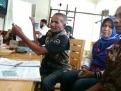 Tim sukses calon kades Arti Wibi Mulyati, saat menunjukkan beberapa kejanggalan dalam proses pilkades Desa Aglik, Grabag, Kamis (30/11) - foto: Sujono/Koranjuri.com
