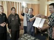 Bupati Rote Ndao, Leonard Haning menandatangani MoU Anti Korupsi dengan Kejari Ba'a - foto: Izak Doris Faot/Koranjuri.com