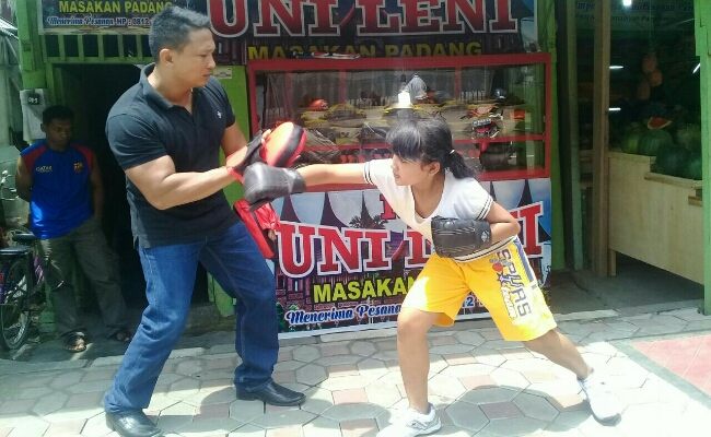 Tasha, saat berlatih bersama ayahnya, Sugiyanto, mantan petinju nasional kelas bantam, peringkat 9 versi ATI - foto: Sujono/Koranjuri.com
