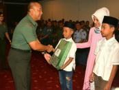 Kasdam IX/Udayana Brigjen TNI Stevanus Tri Mulyono memberikan santunan kepada peserta khitan massal - foto: Istimewa