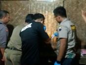 Tim INAFIS Polres Kebumen saat memeriksa kondisi korban usai gantung diri - foto: Sujono/Koranjuri.com