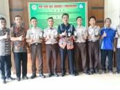 Para siswa SMK N 1 Purworejo peraih medali emas dan perunggu dalam lomba LKS tingkat Propinsi Jateng, foto bersama guru pembimbing dan Kepala SMK N 1 Purworejo, Budiyono, SPd, MPd. - foto: Sujono/Koranjuri.com