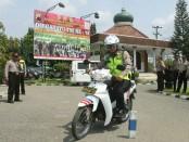 Iptu Tejo Suwono, saat memberikan pelatihan Safety Riding, dengan diikuti 70 personel Polres Kebumen, Rabu (20/12) - foto: Sujono/Koranjuri.com