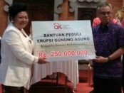 Penyerahan bantuan dari OJK kepada Bupati IGA Mas Sumantri - foto: Ari Wulandari/Koranjuri.com
