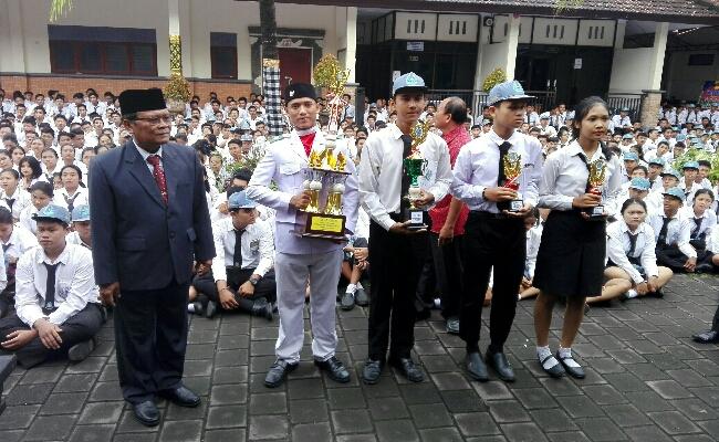 Pemberian penghargaan kepada siswa yang telah menorehkan prestasi gemilang - foto: Koranjuri.com