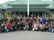 Para wartawan yang bertugas di Purworejo, berfoto bersama dengan Komandan Batalyon Infanteri Mekanis 412, Mayor Inf. Iman Widhiarto, ST usai kegiatan Coffe Morning, Kamis (25/1) - foto: Sujono/Koranjuri.com