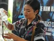 Salah satu kontestan tampil pada kompetisi Bar Tender di Sanur - foto: Koranjuri.com
