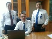 Erik Abibon, Pemimpin Cabang Bank Jateng Purworejo (tengah), didampingi Wahyu Puji Santosa, Wakil Pemimpin Cabang Bank Jateng Purworejo, dan Buyung Helmi, Ketua Tim Pemasar Bank Jateng Cabang Purworejo - foto: Sujono/Koranjuri.com