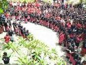 Massa pengiring kedatangan Paslon Gubernur Bali yang diusung PDIP, Koster-Ace memadati halaman Kantor KPU Bali, Senin, 8 Januari 2018 - foto: Istimewa