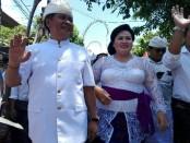Ketut Sudikerta dan istri saat akan mendaftar sebagai calon Wakil Gubernur Bali ke kantor KPU Bali, Selasa, 9 Januari 2018 - foto: Wahyu Siswadi/Koranjuri.com