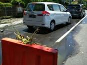Barikade di sekitar kebocoran pipa DSDP di Jalan Raya Kuta, untuk menghindarkan pengguna jalan dari kecelakaan. Sementara, limbah cair tampak meluap ke jalan raya - foto: Istimewa